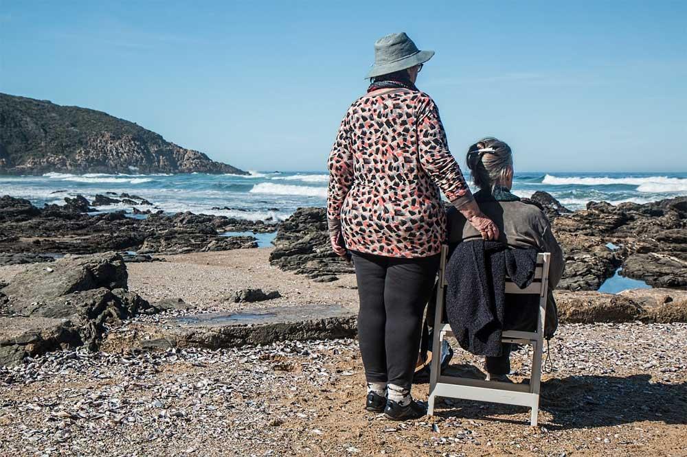Anziani soli che abitano in una casa sicura